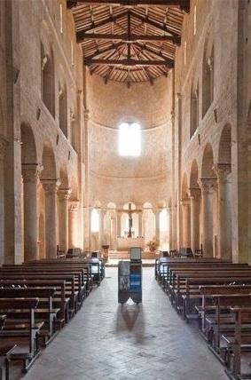 """La navata di Sant'Antimo, con l'abside priva di """"catino"""""""