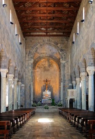 La navata conclusa con l'abside coperta da catino (Caserta Vecchia)